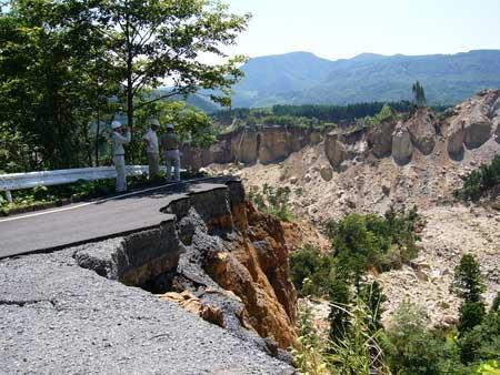 写真2:道路の寸断