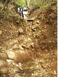 急傾斜の登山道の写真