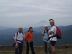 富士山を背景に写真