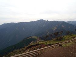 目指す塔ノ岳を遠くに眺める写真